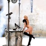 Sophia Thomalla nackt am Märchenbrunnen