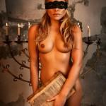 Sophia Thomalla nackt mit der BIbel